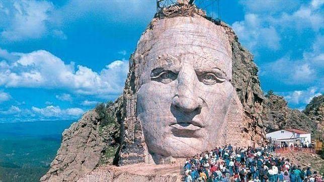 El escultor Korczak Ziolkowski quiso rendir homenaje a los nativos americanos esculpiendo un memorial de 172 metros de altura