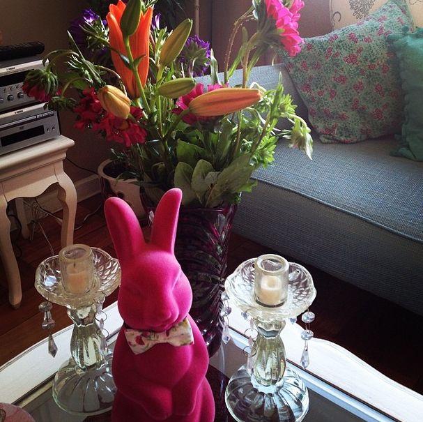 Detalle casita con conejo candelabros provenzales y flores