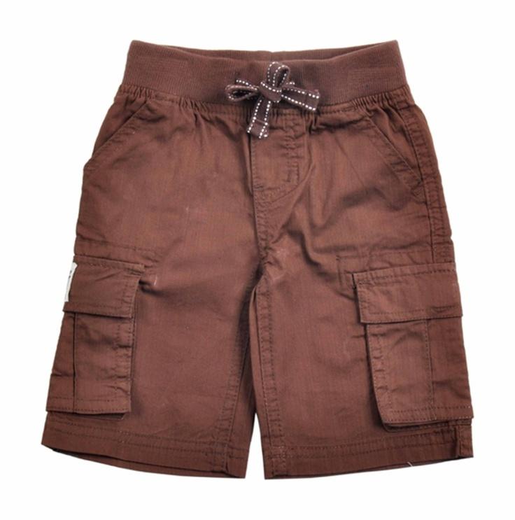 Bermuda para bebe niño confeccionado en algodón 100%, en color marron. Cintura con pretina elastizada con un cordón intercalado que se enlaza al frente. Dos bolsillos al frente, dos a los lados con cierre de velcro y dos bolsillos mas en la parte de atras. Etiqueta de EPK en uno de los bolsillos laterales.