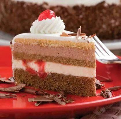 """Para culminar la semana nada mas delicioso que esta exquisita """"Selva Negra"""", torta elaborada con bizcochuelo de chocolate, crema de leche, crema de chocolate y cerezas. Simplemente Espectacular!!! #reposteriaastor www.elastor.com.co"""