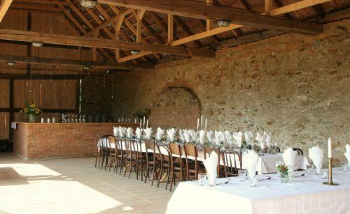 Perfect barn wedding #elegantsetting #wedding #weddinginspiration #weddingdetails #barn #restoredbarn #weddinglocation #transylvanianromance @Cincsor.Transylvania.Guesthouses