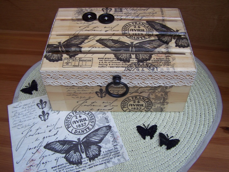 collage de serviettes en papier sur coffret bois finition