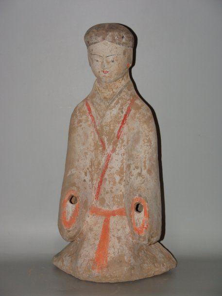 ARCHEOLOGIE CHINOISE HAN (206 av. J.C. - 220 ap. J.C.) - Dame de cour agenouillée. Les cheveux noirs sont séparés par une raie au milieu et se prolonge dans le dos par une tresse peinte de pigments noirs.