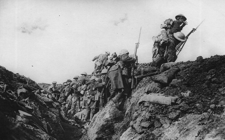 Canadian soldiers advancing at the Battle of Vimy Ridge, 1917 [1914 × 1190]