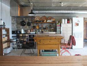 業務用厨房の入ったキッチンスペース。