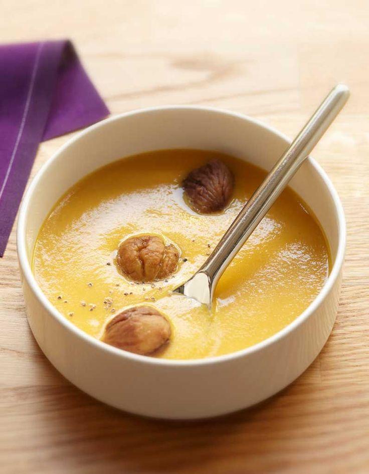 Recette Velouté de potiron aux châtaignes par Ora-Ïto : 1. Epluchez l'oignon et émincez-le. Coupez le potiron en gros cubes.2. Faites chauffer l'huile d...