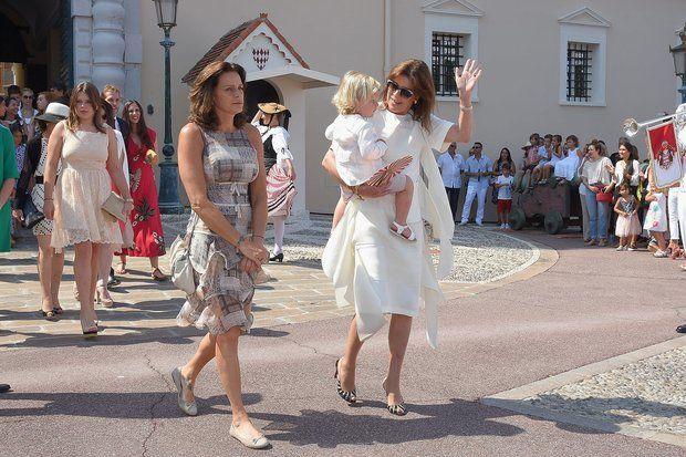 Fürstin Charlène + Fürst Albert: Prinzessin Stéphanie von Monaco und Prinzessin Caroline von Hannover erscheinen auf dem Palastplatz. Caroline trägt ihren Enkelsohn Sasha auf dem Arm.