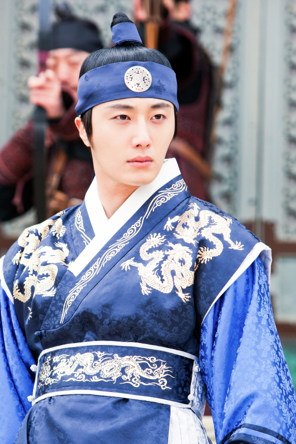 Jung Il Woo as Prince Yang Myung - The second Sun, he is the elder half brother of King Hwon. He was always treated unfairly by his father, King Seongjo. Seemingly a carefree man, he had to struggle between his long, unrequited love for Yeon Woo and his brotherhood with Lee Hwon. He was extremely sad and angry when Yeon Woo dies. Eight years later he is entangled in a dynastic fight against Hwon.