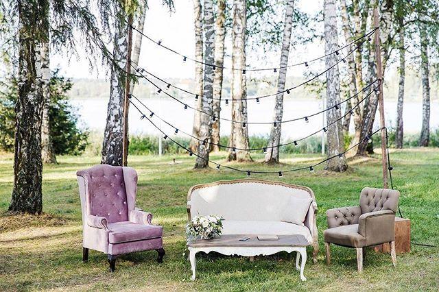 Наступает прекрасная пора - открытие летнего сезона, а это значит, что нас ждут красивые свадьбы на открытом воздухе: элегантные зоны церемонии, стильные фуршетные столы и уютные лаунжи среди зелени деревьев, такие коим являлся уголок для отдыха на свадьбе Лизы и Паши.  Организация: @_7nebo_  Фото: @ctapocta  #свадьба #декор #декоратор #оформлениесвадьбы #фотозона #лаунжзона #лампочки #ретрогирлянда #флористика #флористнасвадьбу #свадебныйдекор #wedding #weddingdecor #photozone #launge…