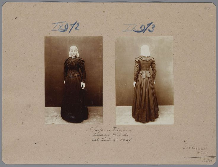 """Sassische Friezen, Zuidelijk Drenthe Karton met daarop 2 foto's van een pop in het kostuum van een Drentse jonge vrouw, die op de tentoonstelling Nationale Kleederdrachten van Harer Majesteits onderdanen in 1898 te Amsterdam werd getoond en aantekeningen die verwijzen naar de catalogus. De bijbehorende catalogustekst luidt: """"Deze kleeding, in de plaats van de voorgaande gekomen, vertoont een meer Friesch dan Drentsch karakter."""" #Drente"""