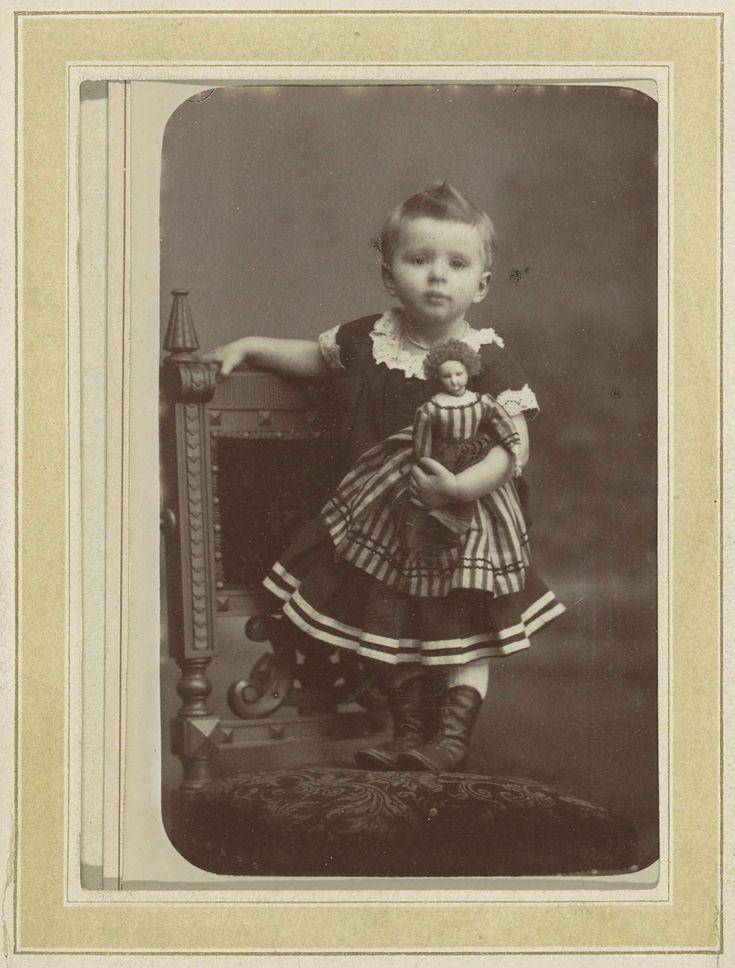Portret van een meisje in een gestreepte jurk op een stoel met een pop, W.G. Kuijer, c. 1870 - c. 1900
