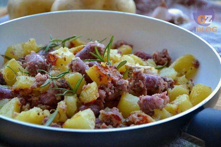 Salsiccia e patate in padella, un secondo piatto o piatto unico saporito ed economico, con qualche trucco per renderlo ancora più gustoso.
