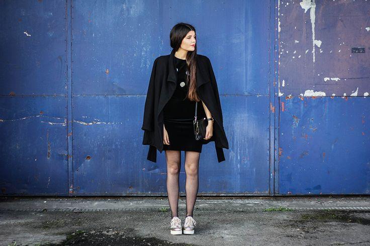 Coat Zara // Dress & Bag Vintage // Shoes heine // #evening #outfit #black #allblack #gold #schuhe #plateau #samtkleid #samt #velvet #abendkleid #partylook #vintagefashion #vintage #kleid #longhair www.jaeckleundhoesle.de