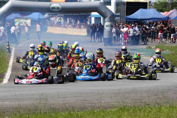 Ao todo, seis etapas estão previstas entre os meses de janeiro e novembro. Campeonato unificado deve aumentar ainda mais o grid das duas competições Estão definidas as datas para a temporada 2015 do Super Kart Brasil e do Campeonato Paulista de Kart. As duas competições voltam a unir forças para o maior grid do kartismo …