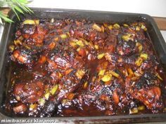Černé kuře mojí mamči  Rozporcované kuře, 1/2 skleničky sój omáčky, 1 pl sladké papriky, 1lžíce kari, pepř, 2 pl kečupu, 1 cibule, 3 rajčata, 2 papriky. POSTUP PŘÍPRAVY Koření a omáčku smíchat,kuře osolte a obalte ve směsi omáčky a koření. Ideální je obalit, naskládat do hrnce, zalít zbytkem směsi a nechat v lednici,kuře osmahneme, nandáme do nádoby,zasypeme cibulí, dolijeme zbytkem směsi a dáme péci asi 40 min na 200 st. Potom nasypeme na maso pokrájené papriky a rajčata, eště 15 minut péct