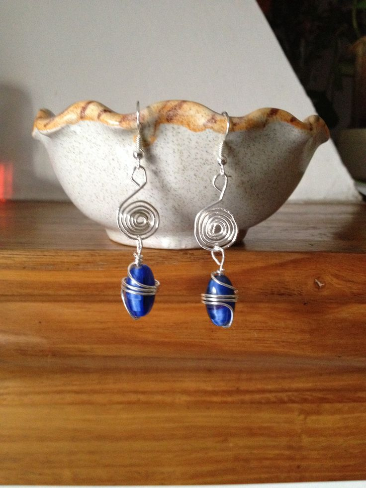 Orecchini in filo d'alluminio e pendenti blu