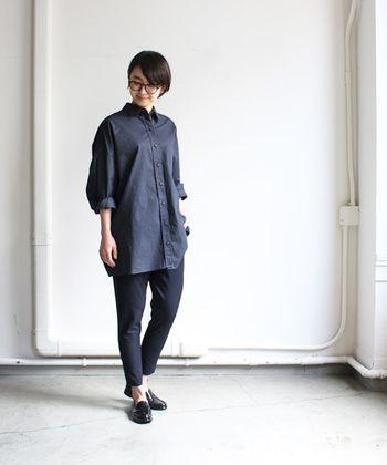 シンプルなシャツの着こなし方は、胸元のボタンをはずしたり、袖をちょっとまくったり、少し気崩すのがおすすめ。  ボトムにはテーパードパンツなど、綺麗目できちんと感のあるパンツをセレクトして。カチッとしたイメージのストレートタイプさんですが、足首や手首など華奢な部分を出すことで、スタイルアップして見えます。  時計やバッグなど、小物は革素材のしっかりとしたもので。靴もメンズライクな革靴を選びましょう。