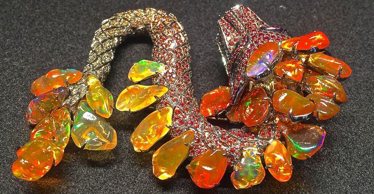 Une broche étonnante de la créatrice Lydia Courteille, le Serpent à Plumes. Composée d'opales et de saphirs, elle brille de mille feux. Lydia Courteille s'est inspirée des sculptures Ma…