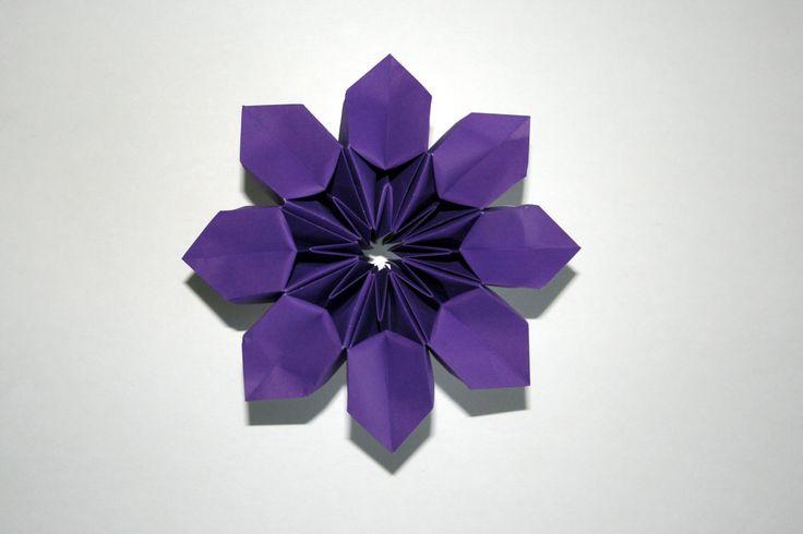 Cette fleur magique créée par Ilan Gabiri est un origami modulaire plié avec 8…