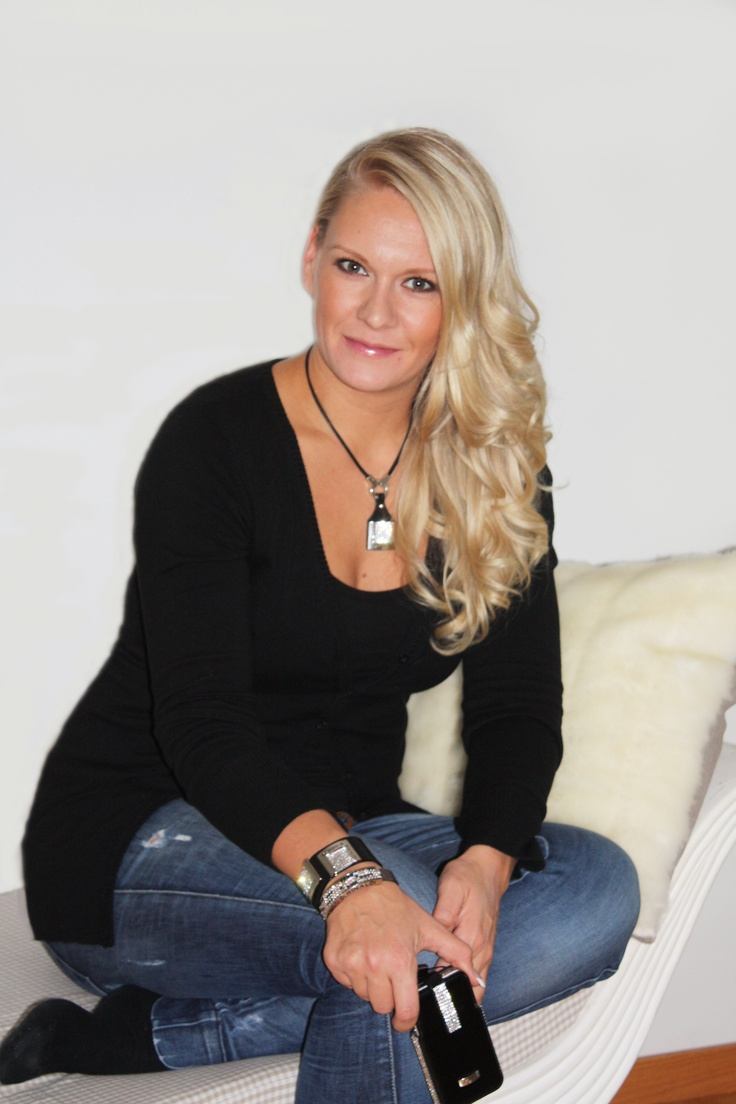 Ex-Miss Finland Heidi Sohlberg wearing Cango & Rinaldi jewelries and having shiny black leather case with Swarovski crystals for her iPhone 4S. Wau!  :)