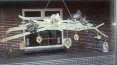 Zelfgemaakte decoratie voor het raam. Takken uit het bos gehaald en geverfd. Samengebonden met touw en leuke hangertjes eraan gehangen!