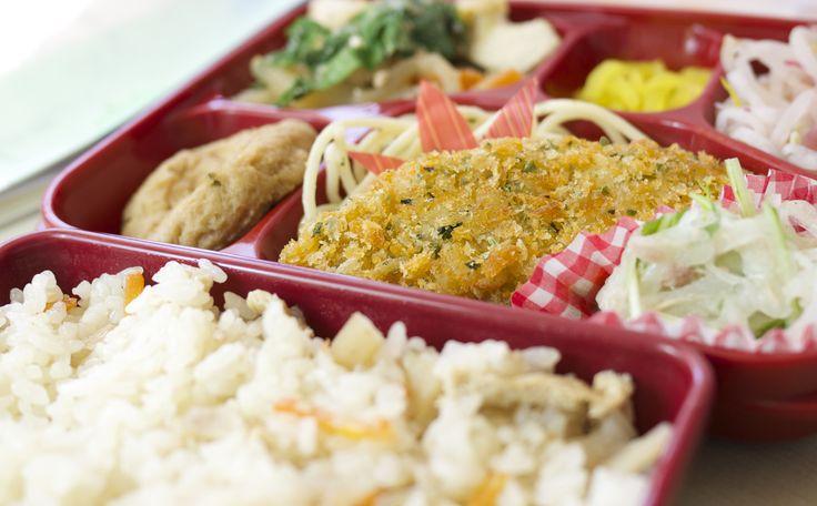 トマトランチ:白身魚の青のりフライと鶏五目ご飯です♬