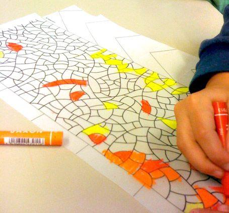 Lampion idee: laat de kinderen een patroon bedenken en tekenen op een vel overtrekpapier. Het geheel kleuren ze in met wasco.