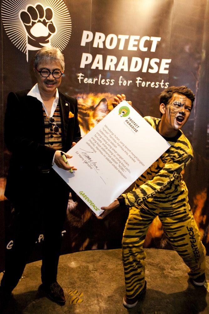 Sir Harry Darsono, perancang busana terkemuka dunia dari Indonesia memberikan dukungan kepada Tiger Manifesto agar industri menghapus jejak deforestasi habitat Harimau dalam produk-produk keseharian kita. www.protectparadise.org