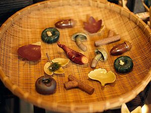 Autumn-themed hashioki with a feeling of fukiyose (leaves scattered by the wind).