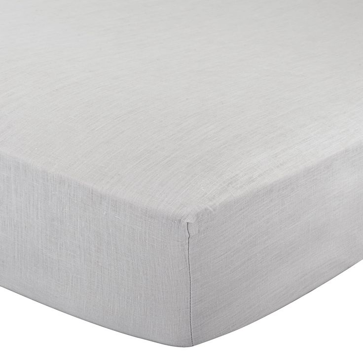 Mit unserem klassischen Spannbettlaken Toulon aus 100% Leinen verleihen Sie Ihrem Schlafzimmer zeitlosen Charme. Die hochwertige Verarbeitung und das klimaregulierende Textil sorgen für eine gute Nachtruhe. Eingenähte Elastikbänder ermöglichen das Beziehen von Matratzen bis zu 25 cm Höhe und verleihen dem Spannbettlaken einen faltenfreien Look.