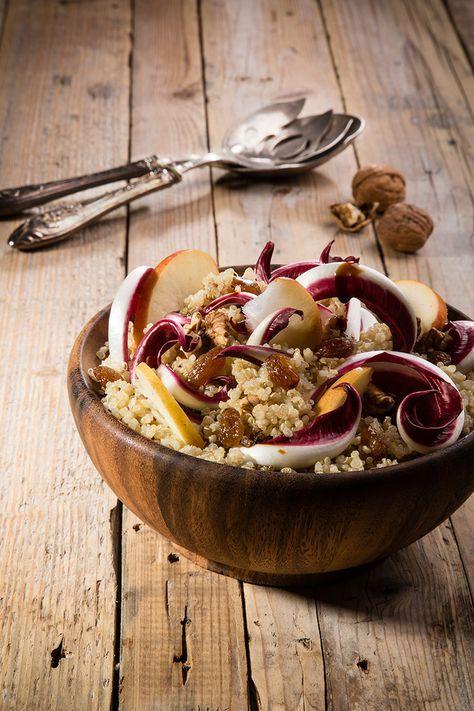 Insalata di quinoa, mele verdi, noci, uvetta e radicchio rosso