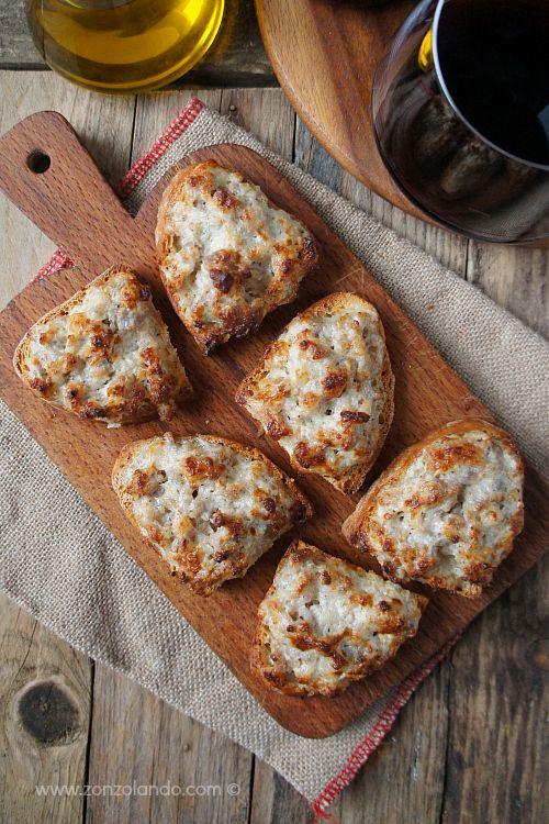 Crostini con salsiccia e stracchino - Soft cheese and sausage crostini