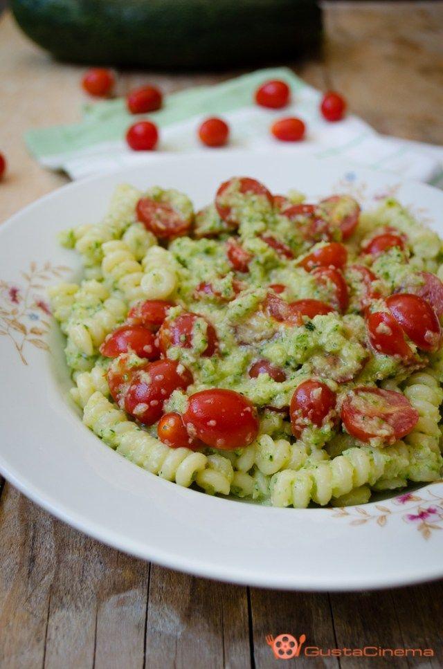 Pasta al pesto di zucchine con pomodorini un primo piatto genuino e delizioso. Un piatto cremoso e fresco che conquista proprio tutti.