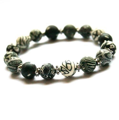 Svarthvitt armbånd med perler av leire.