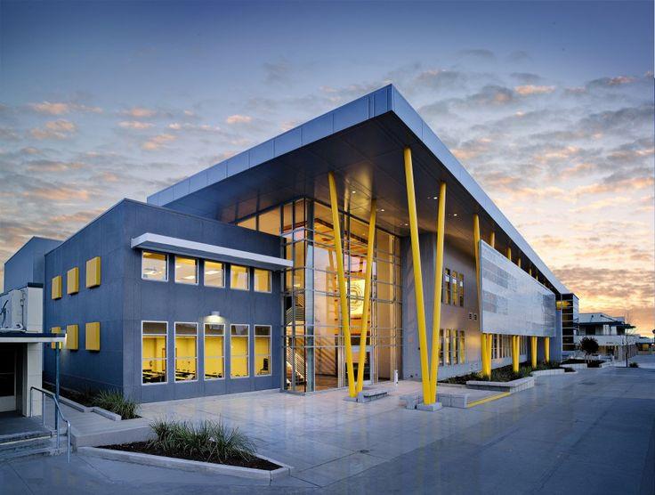 Edison High School Academic Building / Darden Architects  Azul e Amarelo; pilares em V