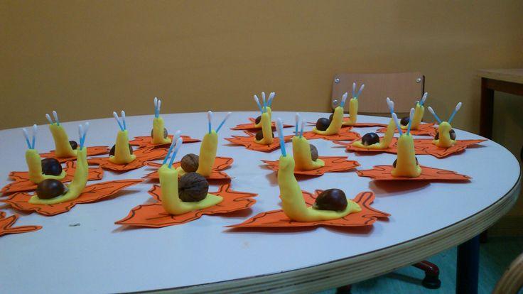 Caracoles con plastilina y nuez o castaña. El otoño.