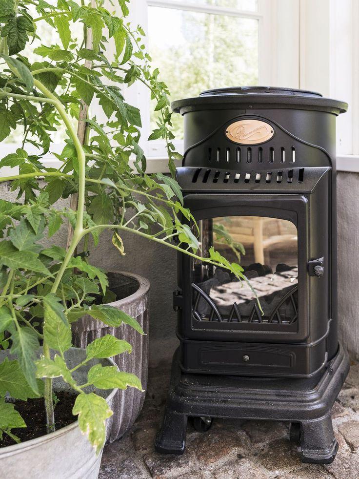 En gasolkamin värmer upp under kalla dagar och bidrar till en längre orangerisäsong. Gasolkamin 'Provence' från Höllvikens Gasol.