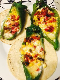 Chiles chilacas rellenos de queso, elote con crema y salsa de tomate para condimentar