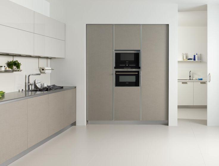 Dica: La zona de murales contiene la despensa, los hornos y el frigorífico integrado. Al fondo se encuentra el lavadero, que queda separado de la cocina mediante una puerta corredera. Un espacio práctico y luminoso con ventilación donde situar la lavadora y la secadora, un fregadero, zona de plancha y almacenaje.