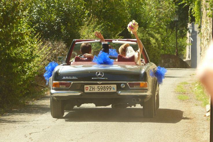 Bridal couple in Mercedes oldtimer