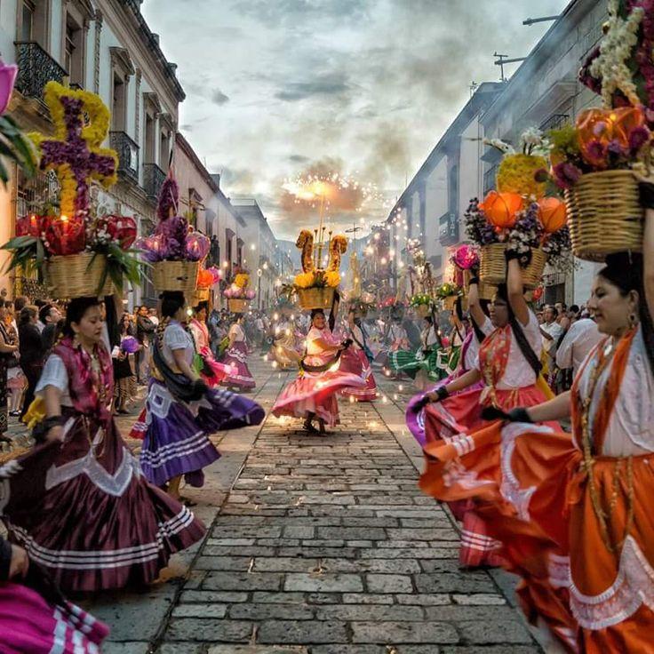 fotosoaxaca: Oaxaca celebrando la Guelaguetza.Foto Enigmatino