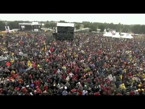 """Festival des Veilles Charrues 2011, DJ Zebra et le Bagad de Karaez interprètent """"Right here right now""""."""