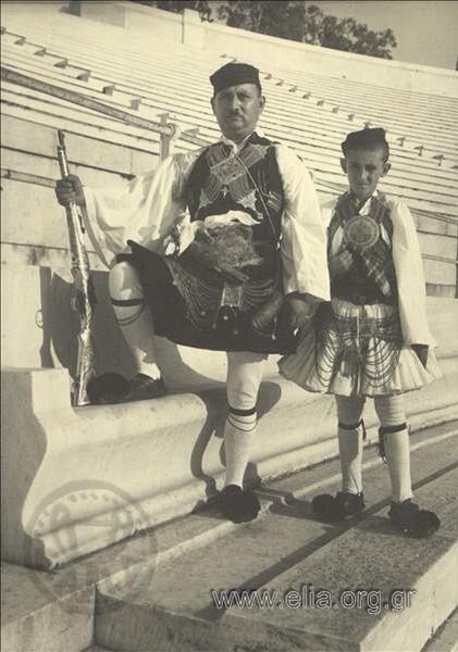 Εορτασμοί της 4ης Αυγούστου: άνδρες με παραδοσιακή ενδυμασία από το Στράτο…