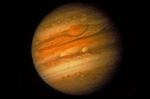 JUPITER. De Grote rode vlek op de planeet Jupiter krimpt. Wetenschappers van de universiteit van Californië in de Verenigde Staten ontdekten dat de enorme storm tussen 1996 en 2006 dagelijks een kilometer in omvang afnam. Foto ANP