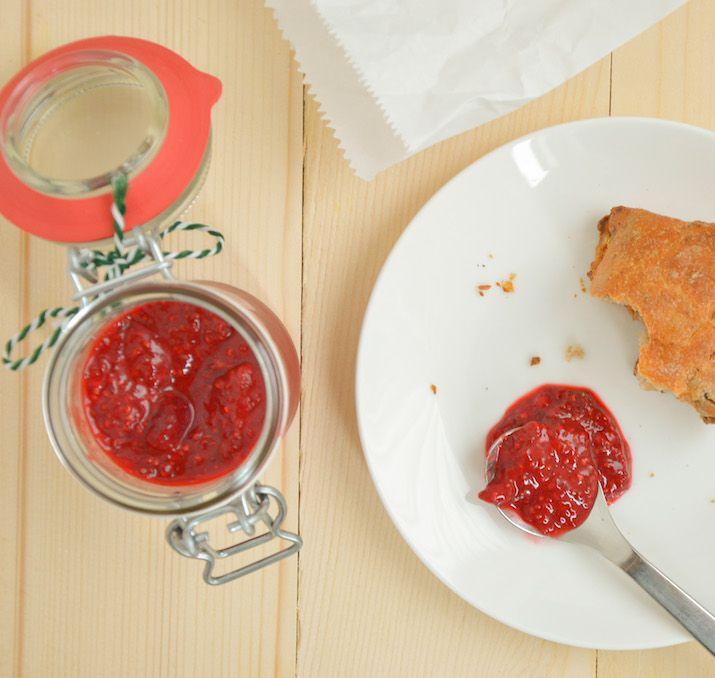 Jam zelf maken duurt soms lang doordat je het fruit lang moet koken. Dit is een makkelijk en snel recept voor jam met chiazaad zonder suiker.