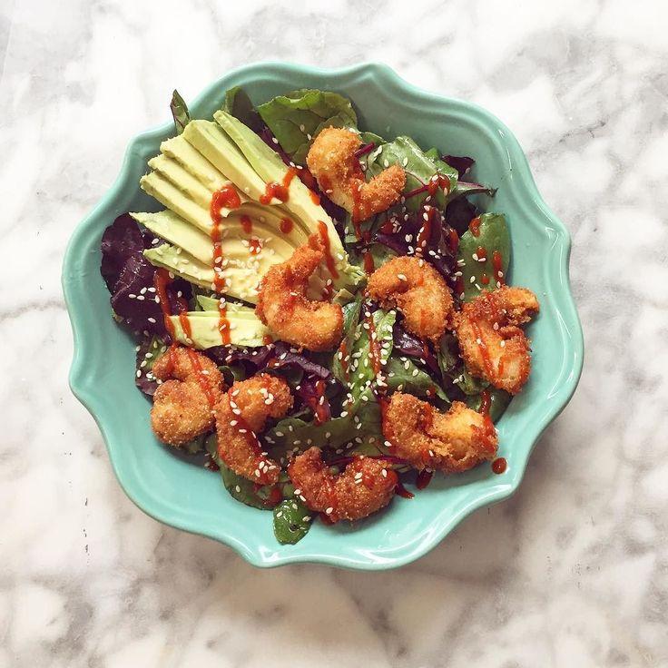 Algo fácil y rápido con lo que había en el refri.  Ensalada de camarones con verdes  aguacate una vinagreta cítrica (oses limón aceite de oliva sal y pimienta ) semillas de sésamo y sriracha oh yes! Más bueno  #chokolatpimienta #lunch #cocina#comida #recipe #mexico #foodshare #foodstylist #foodphotography #food #foodie #foodpic #foodgasm #foodblog #foodphoto #instafood #instalike #instagood #love #eat #healthyfood #salad