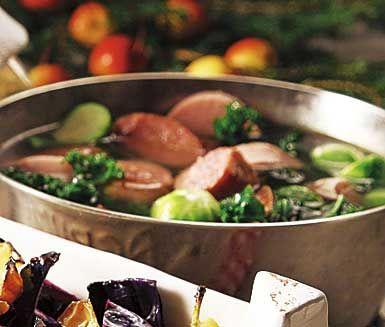 Snabblagat och mättande recept på grönkålsdopp med korv. Du gör grytan av julkorv, kryddiga korvar som chorizo, grönkål och brysselkål. Servera den matiga grytan med stark senap.