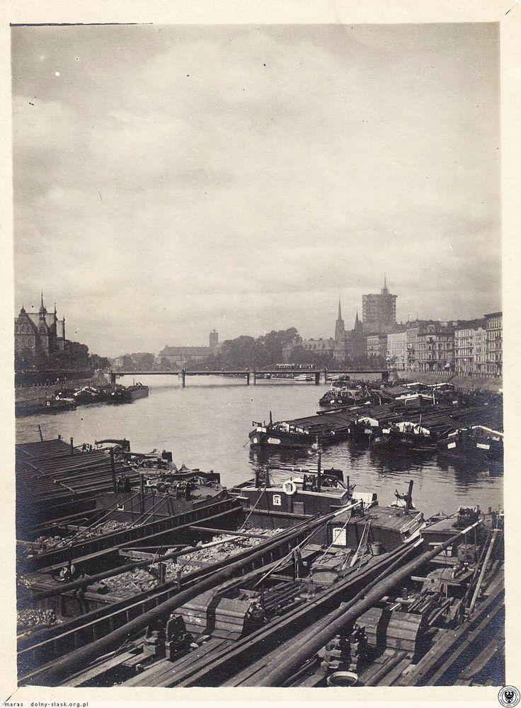 Barki na Odrze pomiędzy mostami Grunwaldzkim i Lessinga, widok w kierunku Ostrowa Tumskiego i na katedrę w trakcie budowy hełmu na południowej wieży. Lata 1920-1922