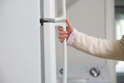 Going to try this on my plastic parts of the microwave........How to Clean Yellowing Refrigerator Door Handles