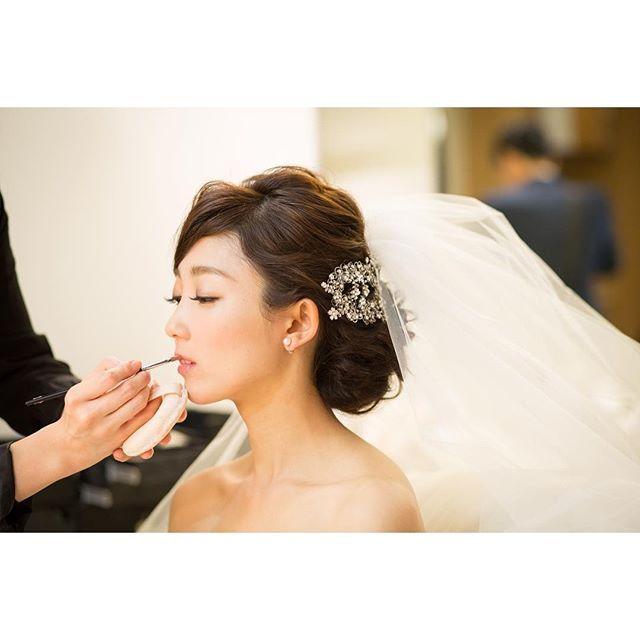 おしゃれ花嫁さんの定番!煌びやかな《ビジューアクセサリー》を飾ったヘアアレンジ*20選   ZQN♡